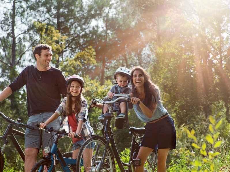 Photo 2 - Famille à vélo © Thierry Rajic - Center Parcs domaine des Bois-Francs