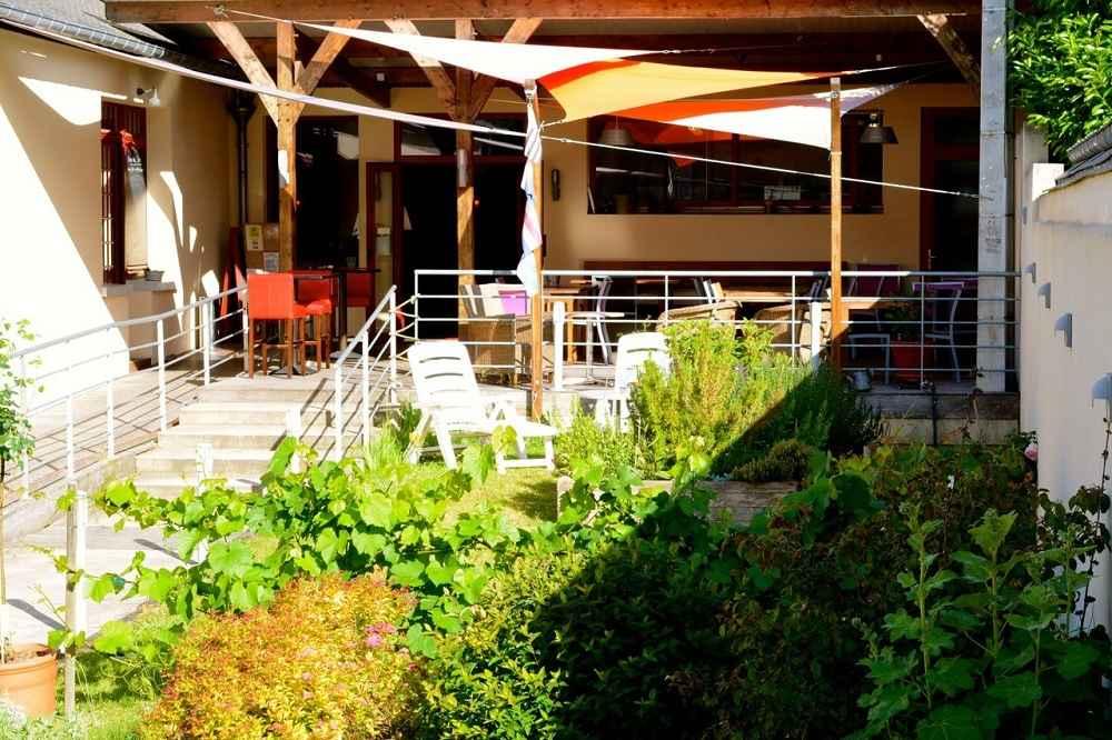 Terrasse de l'hôtel restaurant La Corne d'Abondance, Bourgtheroulde © JC Delisle